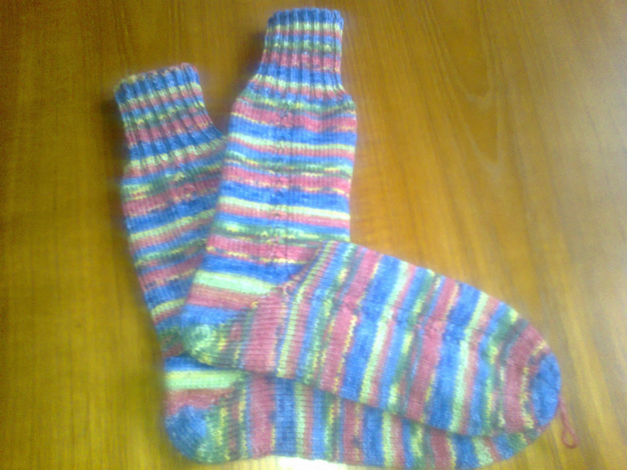 Socken handgestrickt; Regenbogen